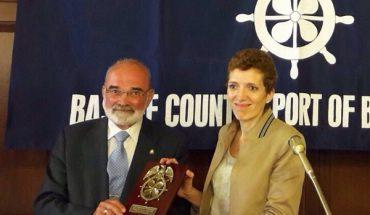 Olga Rivas recibiendo una placa conmemorativa por parte del International Propeller Club del País Vasco