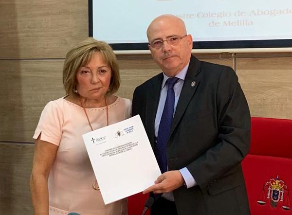 La presidenta de la Asociación Española Contra el Cáncer (AECC), Ana Rodríguez Pérez, y el decano del Colegio de Abogados de Melilla, Blas Jesús Imbroda