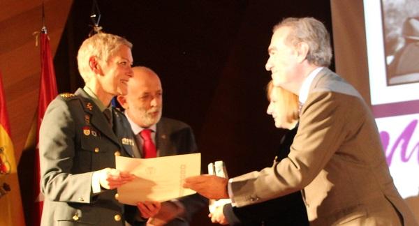 El decano del ICAM entrega el Premio de Igualdad a la Guardia Civil, recogido por la teniente coronel Mª Dolores Gimeno Durán