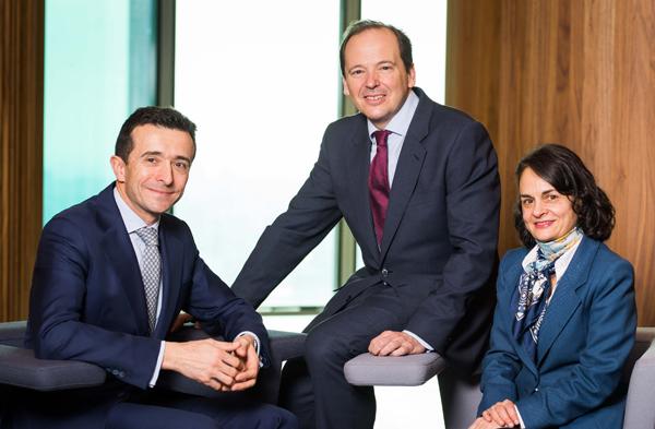 Rufino de la Rosa (en el centro) junto con Ramón Palacín y Rocío Reyero, socios codirectores de EY Abogados