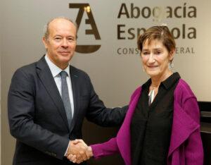 El ministro de Justicia, Juan Carlos Campo, y la presidenta del Consejo General de la Abogacía Española, Victoria Ortega