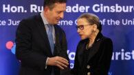 Javier Cremades, presidente de las entidades que conceden el premio, y Ruth Bader Ginsburg