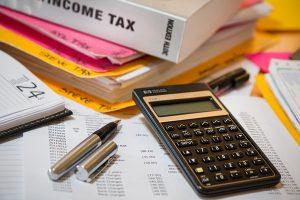 ¿Las deudas tributarias de las personas fallecidas se transmiten a sus herederos? ¿Cómo y quién presenta las declaraciones de estos contribuyentes?