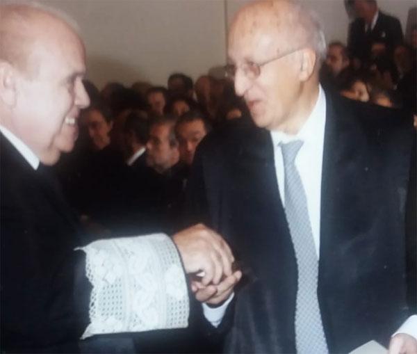 Antonio Montesinos recibiendo del Decano del Colegio de Abogados de Madrid el diploma por sus 50 años como colegiado.