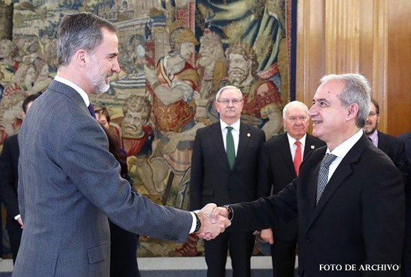 Felipe VI conversa con Ricardo Gabaldón, presidente del Consejo General de Graduados Sociales de España