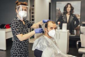 ¿Es legal que me cobren un suplemento en peluquerías, terrazas, clínicas dentales o colegios?