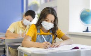 ¿Es legal realizar pruebas PCR a menores en los colegios sin la presencia de los padres?