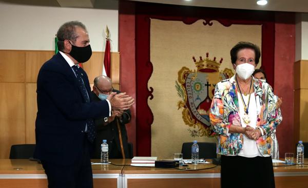 Francisco Javier Lara impone la Medalla de Honor a María Pepa Lara