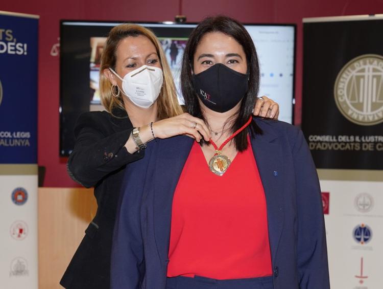 La presidenta del Consell, Mª Eugènia Gay, impone la medalla del Consell a la nueva consejera, Estela Martín