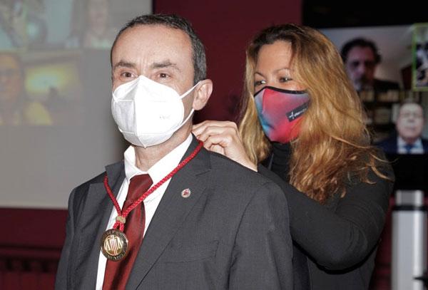 La presidenta del Consell, Mª Eugènia Gay, impone la medalla del Consell a David Casellas