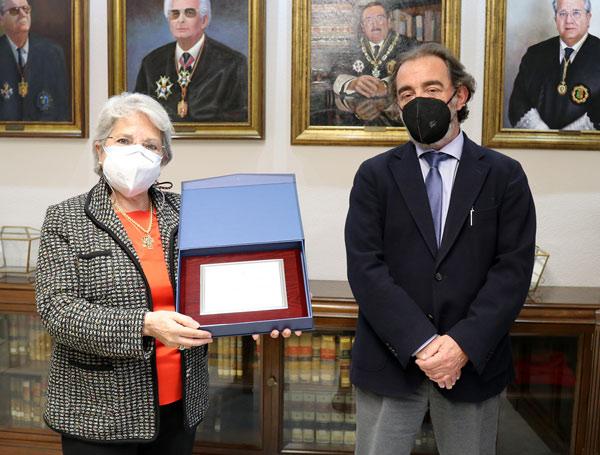 Elena Arias Salgado  y el decano del Colegio, Javier Pulido