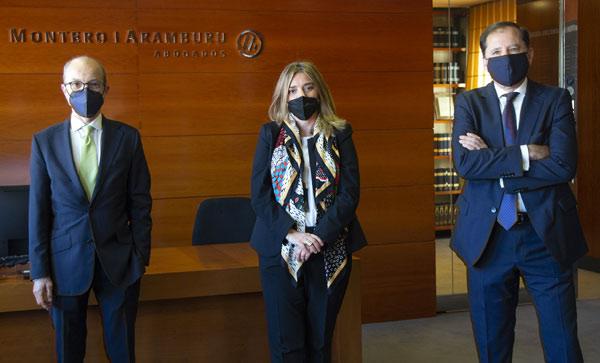 Enrique Montero (socio director del despacho), Lola Carranza y Ignacio Albendea Solís (socio responsable del departamento de Derecho Público y Administrativo).