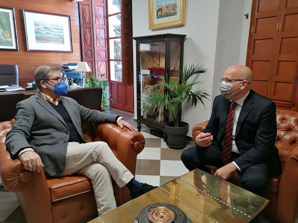 El decano del Colegio de Abogados de Granada, Leandro Cabrera, y el diputado de Ciudadanos (Cs) en el Parlamento de Andalucía por Granda, Raúl Fernández