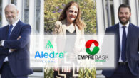 María Teresa Fernández, Presidenta de EmpreBask, flanqueada por Manuel J. Martín (izquierda) y Rafael Córcoles (derecha), socios de Aledra Legal.