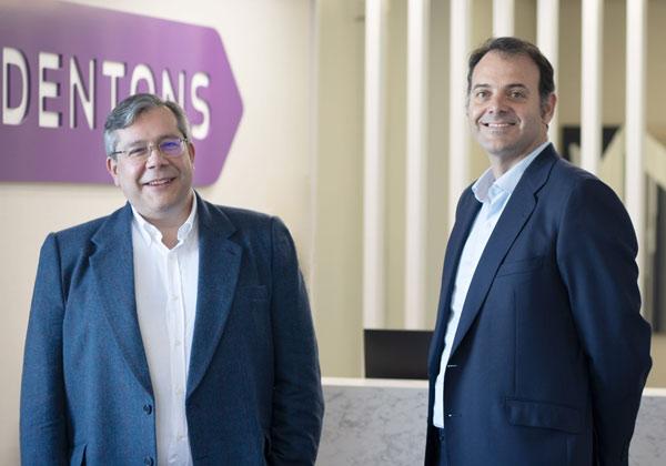 José María García Santos con el socio director de Dentons en España, Jabier Badiola