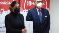 El decano del Colegio de Abogados de Madrid, José María Alonso, entrega a la alcaldesa de Móstoles la memoria anual de la Delegación Sur del ICAM