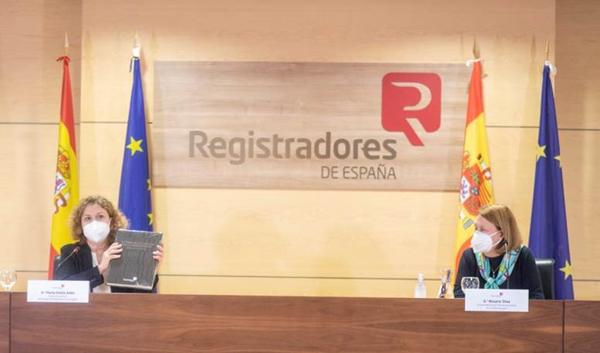 María Emilia Adán, decana del Colegio de Registradores, y Rosario Silva de Lapuerta, vicepresidenta  del Tribunal de Justicia de la Unión Europea, durante la presentación del libro