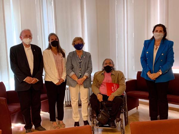Representantes de la Abogacía Catalana y las entidades que han firmado el convenio. De izquierda a derecha Manuel Palou (Presidente Dincat), Eva Ribó (Consellera Consell Advocacia Catalana), Roser Roigé (Presidenta COCEMFE), Antonio Guillén (Presidente COCARMI) y Encarna Orduna (Vicepresidenta Consell Advocacia Catalana)