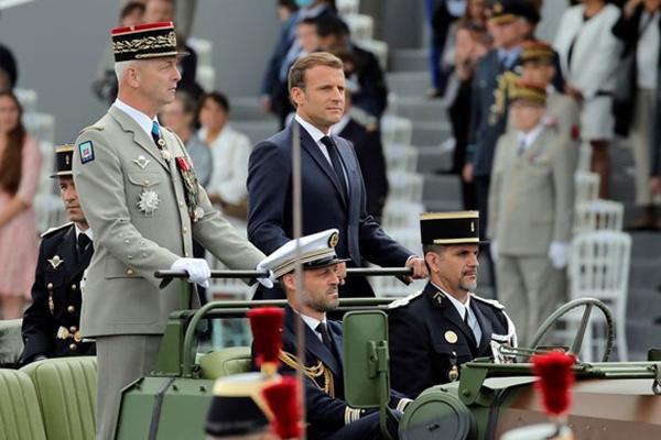 El presidente francés, Emmanuel Macron, y el jefe del Estado Mayor, el general François Lecointre, en el desfile del 14 de julio de 2020. Pool / Reuters