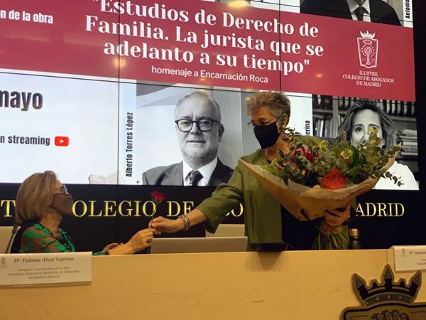 Roca Trías regalando una simbólica rosa roja a Dña. Paloma Abad Tejerina