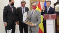 Entrega de placa conmemorativa a José María Alonso, decano del ICAM