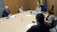 El decano y la delegada territorial de Empleo, durante la reunión
