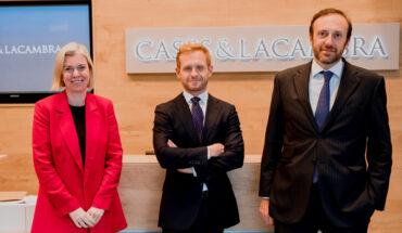 Elena Redondo, socia directora de la oficina, Alberto Gil y Miguel Cases, socio co-director de C&L