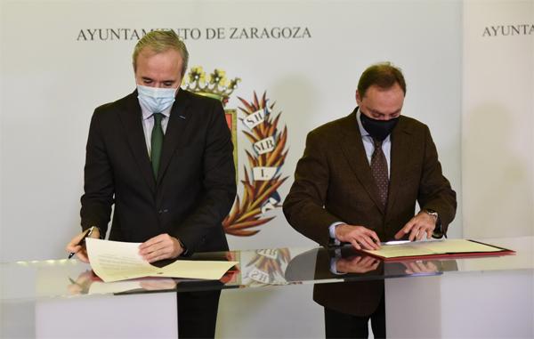 El alcalde de Zaragoza, Jorge Azcón, y el decano del Real e Ilustre Colegio de Abogados de Zaragoza, Antonio Morán en la firma del convenio para crear la  oficina de asesoramiento contra la ocupación en 2020