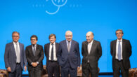 Ignacio Martínez García, Leonardo Neri y Javier Valdecantos (socios directores de la firma), Alfonso Guerra, Miquel Roca y Alfredo Álvarez Tello