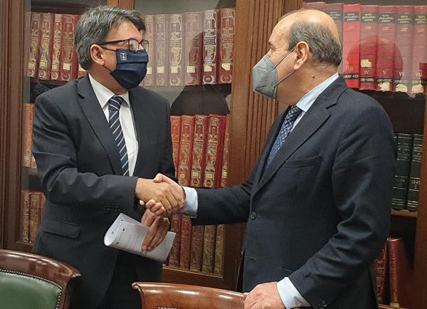 Juan José Martín Álvarez, Director Xeral de Xustiza de la Xunta de Galicia, y Augusto Pérez-Cepeda Vila, Decano del Colegio de Abogados de A Coruña